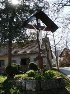 Znamenje na Vrheh, sredi vasi